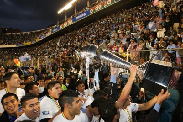 Los jugadores brindan su título 24 a la hinchada celeste en un estadio Siles repleto