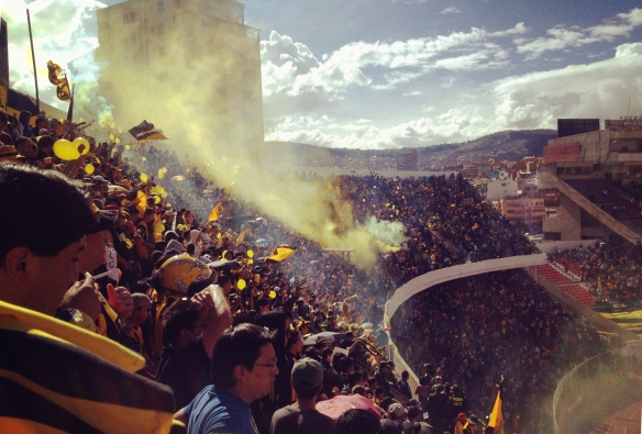 Hinchada de The Strongest en el estadio Hernando Siles.