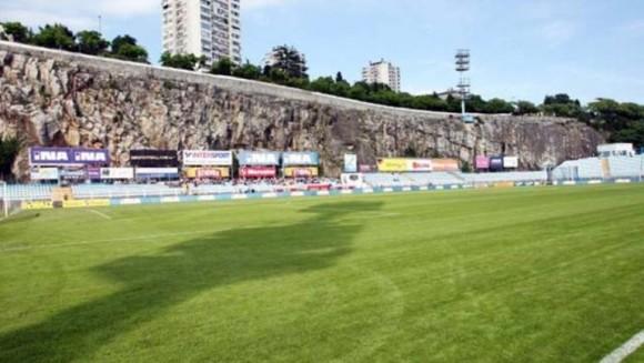 Kantrida Stadium. Es uno de los estadios más pintorescos del mundo. Solo tiene capacidad para 10.600 espectadores, pero su mágica posición (enclavado entre las montañas y al lado de la playa), hacen de él un recinto más que singular. Además, Croacia nunca ha perdido cuando ha jugado allí.