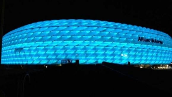 Allianz Arena, Munich. El peculiar sistema de iluminación del estadio provoca que el aspecto del estadio cambie completamente con solo tocar un botón: El recinto es de color rojo cuando juega el Bayern Munich, azul cuando actúa el Munich 1860 y blanco cuando juega la selección alemana.