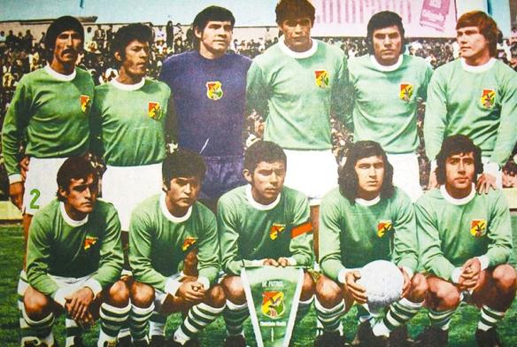 1973 fue uno de los años más aciagos en eliminatorias. Bolivia no logró un solo punto. De pie: Olivera, Costas, Jiménez, Cabrera Busset, Pérez, y Antelo. De cuclillas: Morales, Vargas, Cabrera Rivero, Mezza y Fernández.