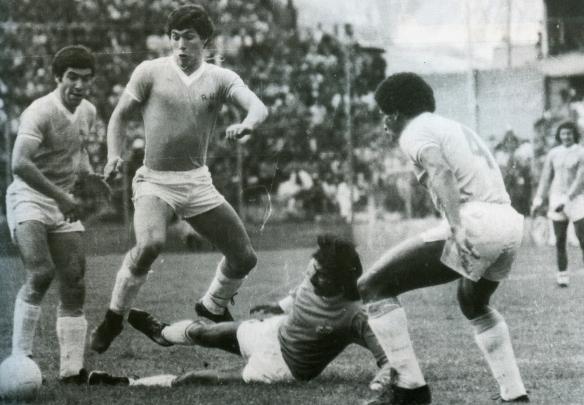 La Paz. Baldivieso defiende a Bolivia ante un ataque uruguayo. Carrasco espera. Bolivia debutó ganando 1 a 0 a los charrúas.