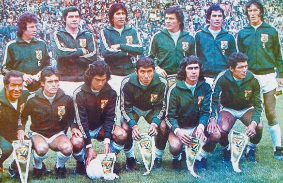 Selección de 1977. Este equipo hizo la mejor campaña de un equipo nacional en la primera fase de la Eliminatoria que ganó invicto. De pie: Angulo, Jiménez, Baldivieso, Lima, Campos y Rimazza. De cuclillas: Gadea (kinesiologo), Morales, Aragonés,