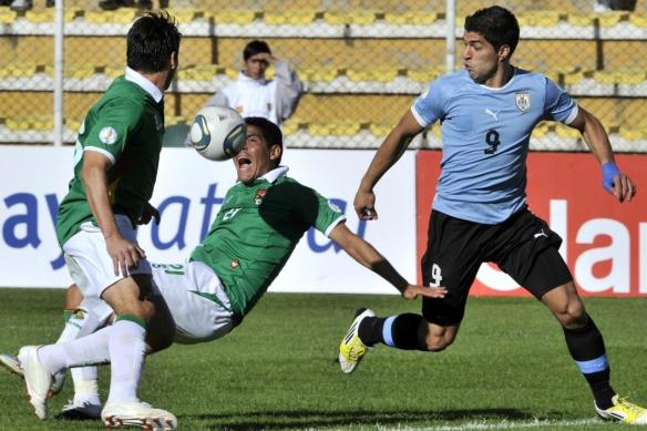 El-delantero-uruguayo-Luis-Suarez-compite-con-el-defensa-boliviano-Edward-Zenteno