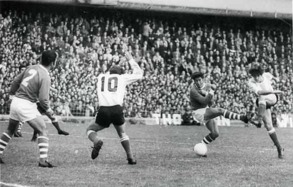 En Buenos Aires Argentina derrotó a Boilivia por un estrecho 1 a 0, penal inventado por el árbitro. En la foto remate argentino, Rada se cubre y Maldonado espera.