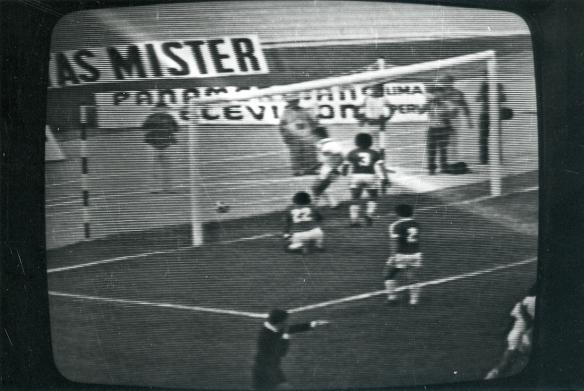 El desastre de Cali cambió la historia del fútbol nacional. Un mes después de los dos partidos eliminatorios nació la Liga. En la imagen de TV que recibieron los bolivianos de ambos encuentros, uno de los cinco goles de Perú contra Bolivia.