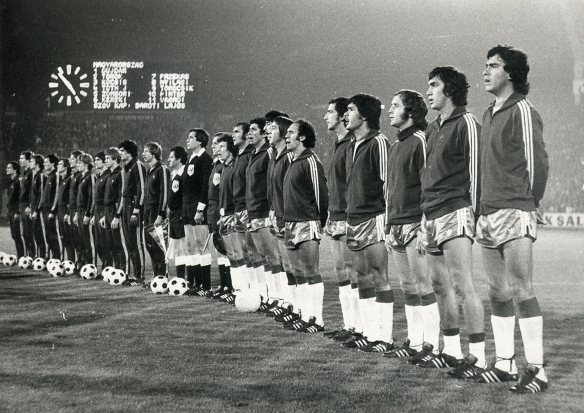 Los seleccionados de Hungría y Bolivia en el momento de los himnos en la previa del partido en Budapest. Bolivia soportó una goleada (0-6).