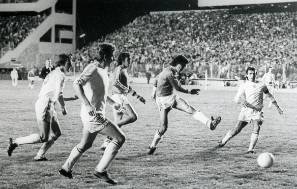 Aragonés anota el segundo gol de Bolivia, lo acompaña Ovidio Mezza. Bolivia perdió 2-3 en La Paz en el partido de vuelta con Hungría. Fue el primer partido de la selección en el Siles remodelado.