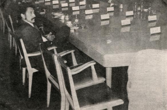 La Liga nació de una grave crisis en el seno de la AFLP. En la imagen, la mesa de reuniones casi vacía, al haber abandonado el cónclave los tres principales equipos paceños, Always, Bolívar y The Strongest