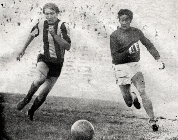 18 de septiembre de 1978. The Strongest  (1) y Municipal (0) disputan el segundo partido en la historia de la Liga en el estadio Libertador en La Paz. En la imagen Lattini y Britos. El primer encuentro se jugó el 17 en Santa Cruz (Blooming y Real Santa Cruz)