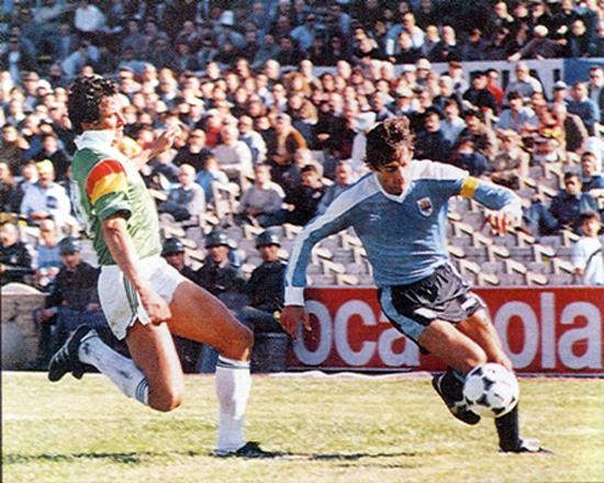 Enzo Francéscoli enfrenta a Eligio Martínez en el partido que Uruguay derrotó a Bolivia por 2 a 0. Hasta ese partido Bolivia podía clasificar. El resultado nos sacó. Iguales en puntos, por debate en gol diferencia.