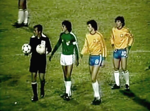 Emblemas de sus equipos. Aragonés gran 8 y capitán, Sócrates y Zico, Brasil ganó 3 a 1 en Río, el gol nacional lo hizo Aragonés.