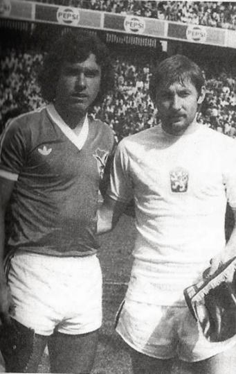 Carlos Aragonés y un jugador de la selección de Checoslovaquia, antes del amistoso disputado en La paz en 1981