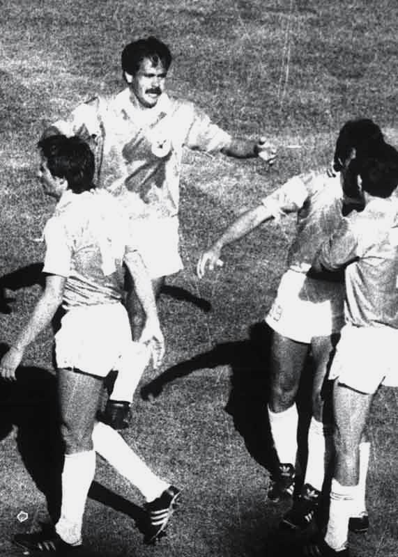 Peña acaba de anotar el segundo de Bolivia, sus compañeros los abrazan, Romero celebra, un 2 a 1 que pudo ser goleada.