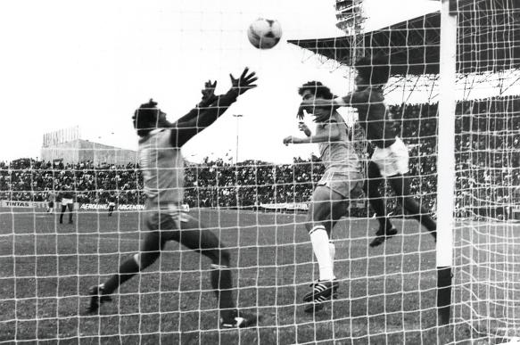 Casagrande anota la apertura a los 10 minutos del segundo tiempo. Brasil derrotó a Bolivia 2 a 0 sentenciando la eliminatoria,