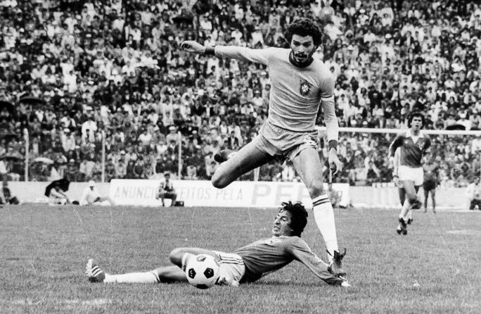 Sócrates, uno de los grandes jugadores que produjo Brasil enfrenta a Bolivia en el Siles en 1981. Defiende Ramiro Vargas.