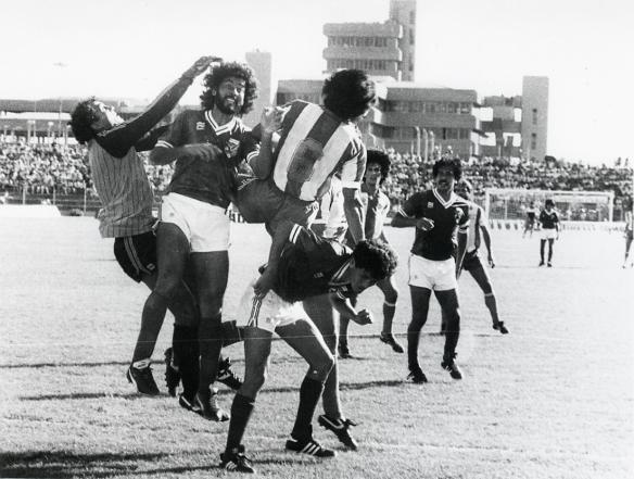 Ataque paraguayo. Despeja Galarza, Coímbra y Melgar defienden. Romero observa la jugada. El partido terminó en empate 1 a 1