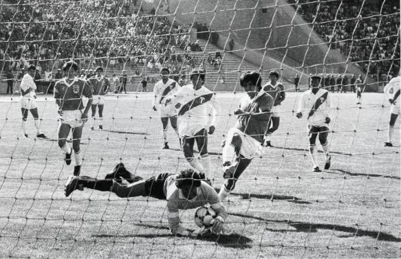 Álvaro Peña remata ante la defensa del arquero Purizaga. Atentos Ramallo, Melgar y Borja. Bolivia derrotó a Perú en La Paz y Lima por el mismo marcador (2 a 1).