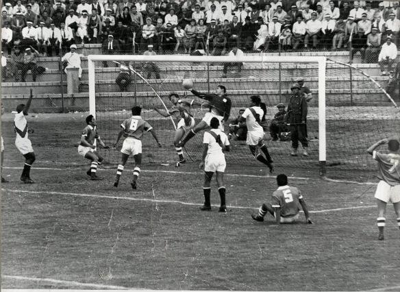 En el tercer partido, Bolivia se perfila ya como uno de los favoritos, 3 a 2 a Perú en La Paz. Espectacular tapaada de Rubiños ante la avalancha del ataque boliviano