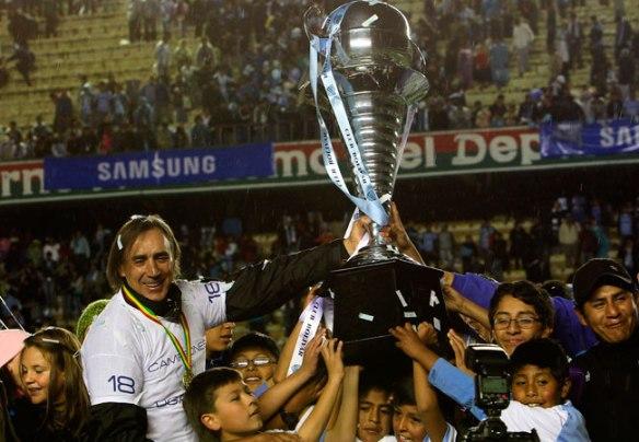 Miguel Ángel Portugal, técnico celeste, celebra el título obtenido por su equipo