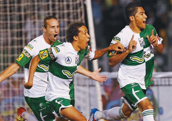 Carando celebra un gol del subcampeón liguero 2013, Oriente Petrolero