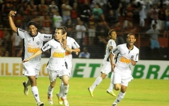 Ronaldinho y los suyos celebran el autogol de Méndez que le dio el triunfo en La Paz por 2 a 1