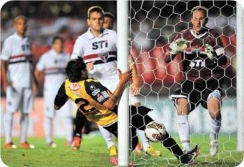 Barrera abre el marcador en el Morumbí frente a Sao Paulo. El partido terminó 2 a 1 para los paulistas.