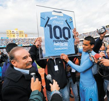 El Presidente de Bolívar, Guido Loayza entrega el reconocimiento por el gol 100 de Ferreira vistiendo la camiseta académica