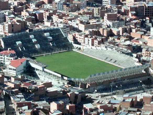 Estadio Libertador Bolívar, propiedad del club Bolívar. Bolivia jugó las eliminatorias de 1977 en este campo, mientras se concluía la remodelación del Siles.