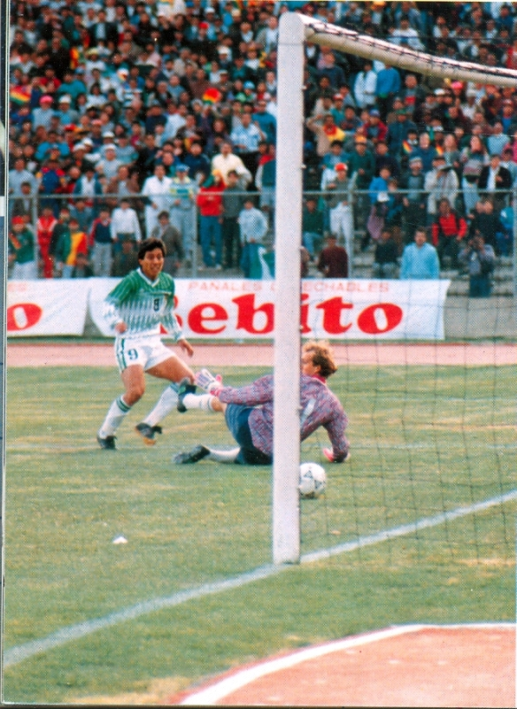 Álvaro Peña anota el segundo gol frente a Brasil, por si cupieran dudas.
