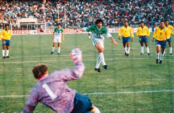 Sánchez falla el penal, en una jugada que parecía augurar un injusto empate.
