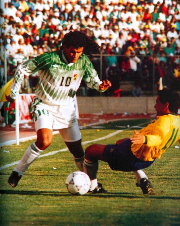 El 'Diablo', la bestia negra de Brasil, supera, como lo hizo en todo el partido, a la defensa brasileña.