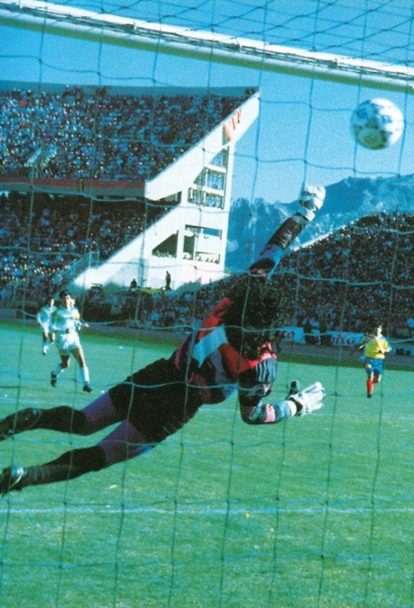 La pelota tras rebotar en el travesaño entra en el arco de Espinoza.
