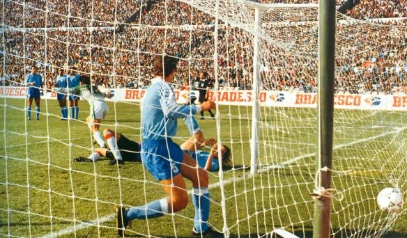 Ramallo anota el empate en el Centenario. Gran partido de Bolivia a pesar de la derrota