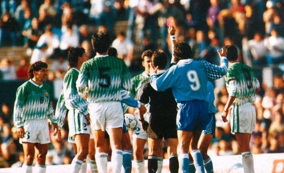 Un triunfo uruguayo regalado por el árbitro con el penal in acial y la prolongación insólita del primer tiempo