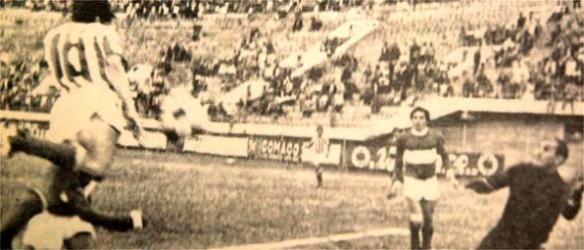 Progresivamente se fueron integrando a los torneos nacionales, asociaciones de departamentos fuera del eje troncal. En 1969 lo hizo Chuquisaca. Pasaje del partido Petrolero frente a Stormers de Sucre.