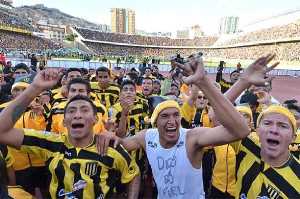 Los campeones celebran frente a su tribuna con el impresionante marco del Siles repleto.