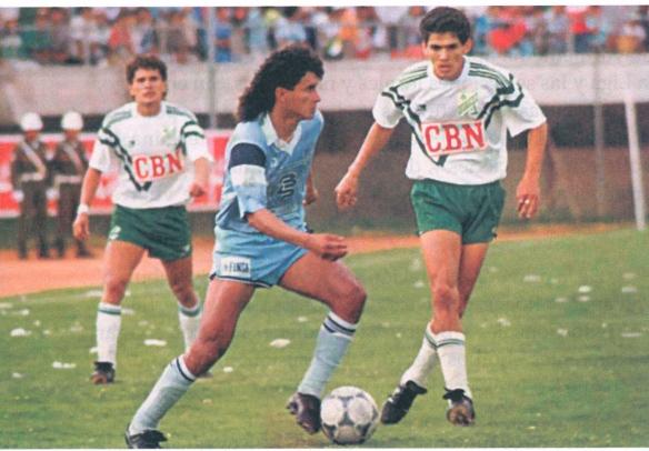 Bolívar es el equipo máas ganador de la Liga y de todo el profesionalismo. En la foto dos de los cinco mejores jugadores de la historia, Marco Etcheverry y Milton Melgar