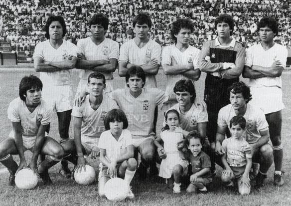 Blooming (1985), Wilstermann (1981) y Bolívar (1986), llegaron a unas particulares semifinales que se resolvían en sendos triangulares. Esa modalidad desapareció. Los celestes en el 85 con tracks como Sánchez, Paniagua, Rojas y Taqueo.