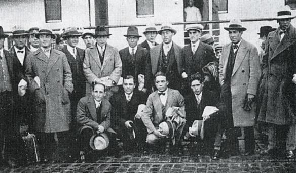 La delegación de Bolivia llega al puerto de Montevideo pocos días antes del comienzo del torneo mundial.