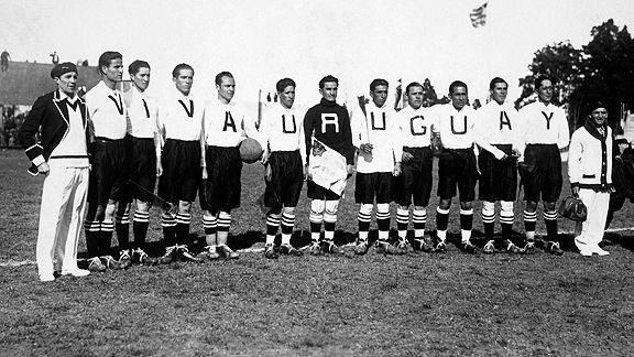 El equipo nacional posa antes de su debut mundialista absoluto. Enfrentó a Yugoslavia.