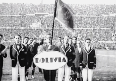 La delegación de Bolivia desfila en la inauguración del estadio Centenario