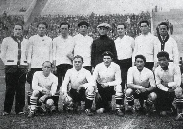 """Bolivia posa antes de su segundo encuentro frente a Brasil. En la foto el técnico Saucedo. En cuclillas, el """"Chato"""" Reyes Ortiz (1º izq), Méndez el capitán (2º) y Alborta (4º)."""
