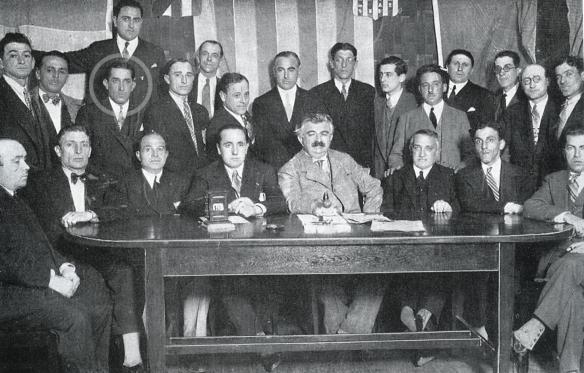 ¡Otros tiempos! Reunión de los árbitros del Mundial. Entre ellos el DT de Bolivia, Ulises Saucedo (círculo) que además de dirigir a Bolivia árbitro un encuentro, fue juez de línea en varios y fue JUEZ DE LÍNEA DEL PARTIDO FINAL DE LA COPA DE 1930.
