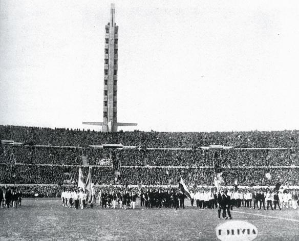 Inauguración del estadio Centenario de Montevideo, 18 de julio de 1930. Las delegaciones de todas las selecciones desfilan en el campo. En primer plano el cartel de Bolivia.