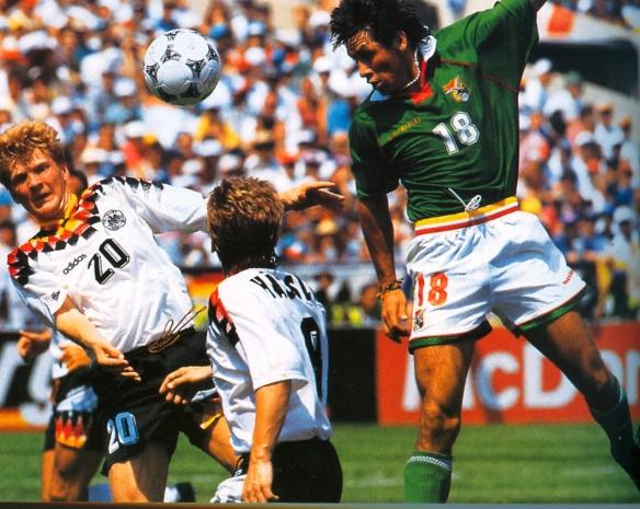 Ramallo cabecea contra el arco alemán. Bolivia jugó de igual a igual y pudo empatar el partido
