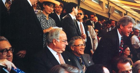 Henry Kissinger, el canciller alemán Helmut Kohl, el Presidente Gonzalo Sánchez de Lozada y el Presidente de EE.UU. Bill Clinton en las tribunas del Soldier Field en el partido Bolivia Alemania