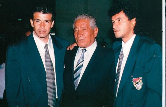 """Erwin Sánchez, la gran leyenda del fútbol boliviano el """"Maestro"""" Ugarte capitán honorario de la selección y Marco Antonio Etcheverry"""