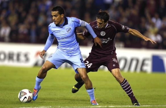 Ferreira y el gol bolivarista de la Copa, el atacante está a punto de soltar el remate demoledor que le dio el empate a Bolívar en Buenos Aires