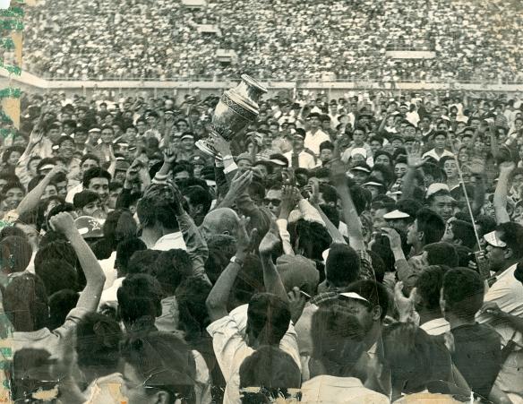 Roberto Prada, llevado en hombros, exhibe la Copa América que Bolivia ganó merecidamente bajo su batuta